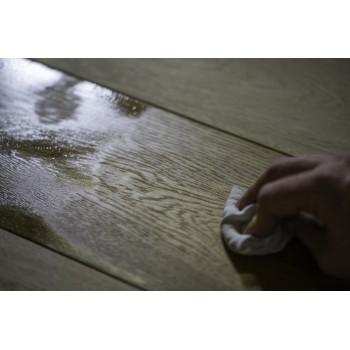 Na 30 minuten verwijdert u het overschot met een doek. Laat geen zichtbare oliesporen na.