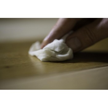 Application de la deuxième fine couche au chiffon ou pad blanc de la monobrosse